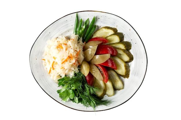 皿の上の各種の食欲をそそるピクルス