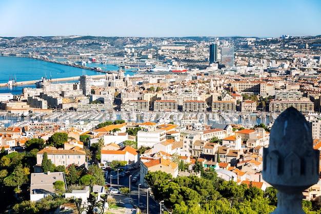 明るく晴れた日にノートルダムドラガルドからマルセイユの美しいトップビュー。素晴らしい風景。