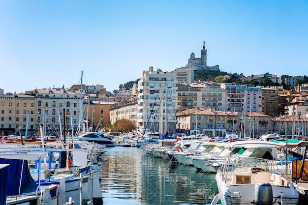 明るい晴れた日にマルセイユのマリーナで雪のように白いセーリングヨット。美しい景色。