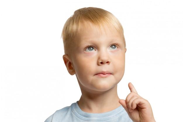 Милый маленький мальчик с указательным пальцем вверх