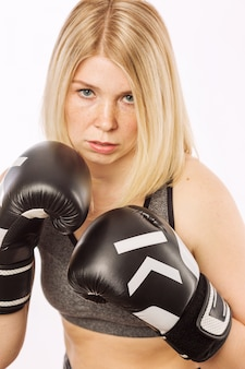 ラックにボクシンググローブの若い女性