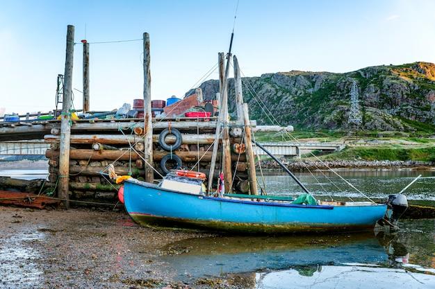 海岸の古い放棄されたボート。悲観的な美しい北部の自然。