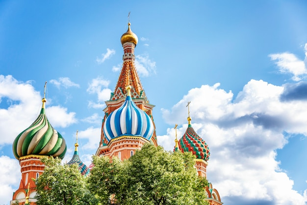 青い曇り空を背景に聖ワシリイ大聖堂。美しい街の風景。