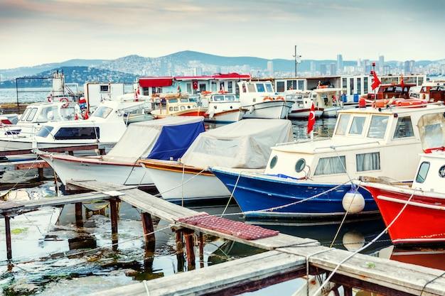 夜のマリーナの漁船