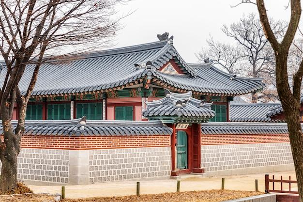Красивый исторический дворец в зимнем парке в центре города.