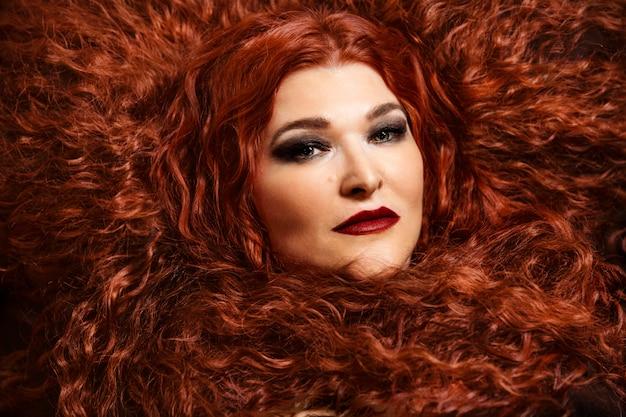 太い赤い巻き毛の美しい高齢女性。