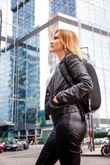 ダウンタウンの大都市で美しい女性。鏡に映る