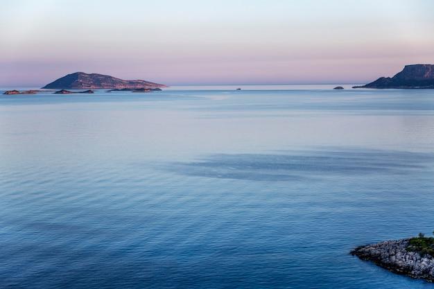 海の上の美しい穏やかなピンクの夕日。
