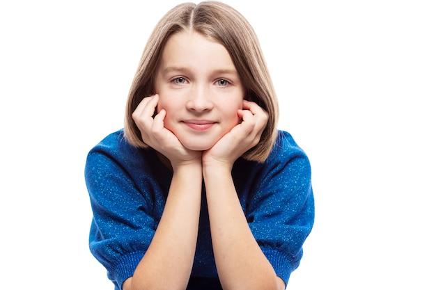 Симпатичный подросток, девушка в голубой свитер улыбки. отдельный на белом фоне.