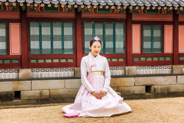 韓服の韓国人の女の子が美しい公園を歩いています。