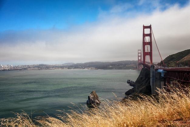 海、青い空、美しい橋の美しい景色