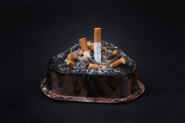 灰皿でタバコのコレクション