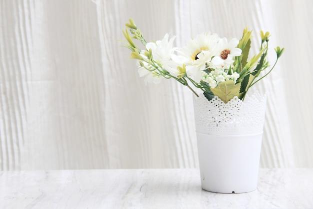 あなたの家やオフィスのテーブルを強化するための装飾的な鉢や花