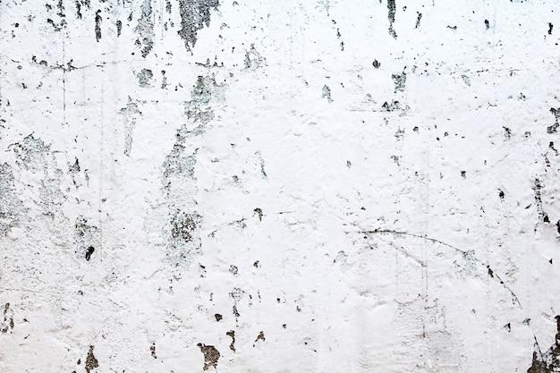 白いペンキで家の壁