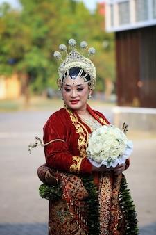 ジョグジャカルタの女性は伝統的なジャワの伝統的なドレスを着ます