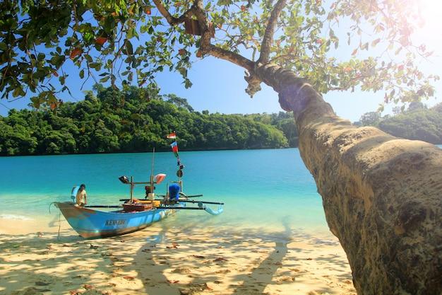 Летний пейзаж на голубом весеннем пляже