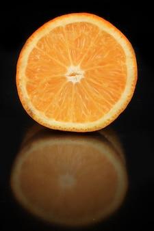 Очень свежий ломтик апельсина