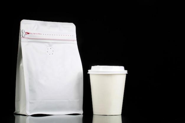 コーヒー飲料ビジネス製品の包装袋とカップ