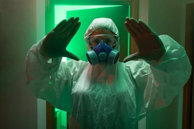 Ученый в полном защитном костюме и противогазе