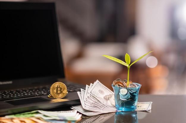 Крупным планом: доллары евро и биткойны лежат на столе. прогнозирование. электронная валюта. крипта