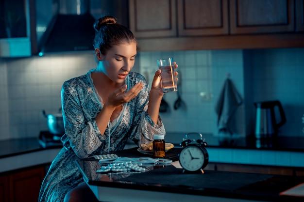 Больной человек, женщина со стаканом воды и кашляла, сидя на кухне, у нее, казалось, не было симптомов.