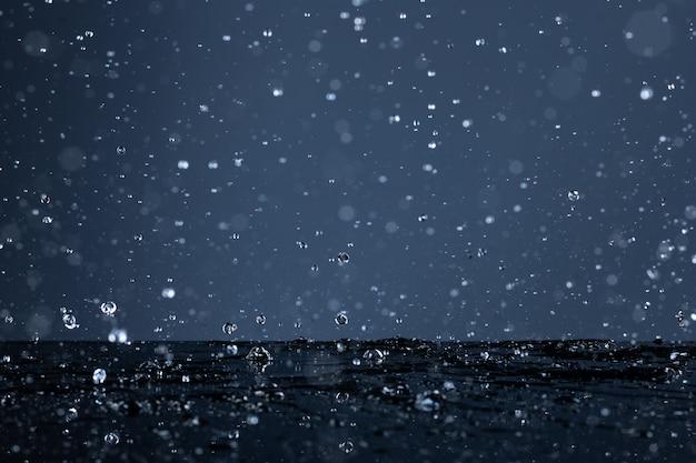 黒い表面に落ちる水滴