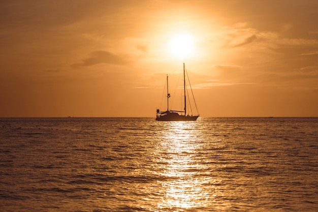 Яхта в тропическом море на закате