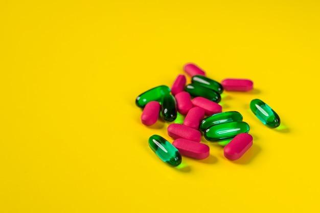 少数の錠剤とカプセル。薬理学の概念。