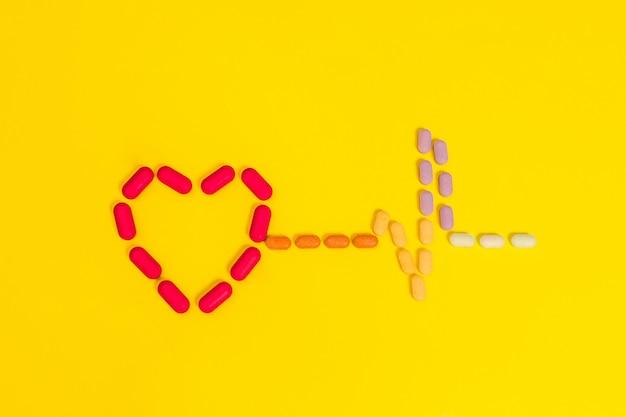 さまざまな色の多くの錠剤で作られた心。健康の概念。