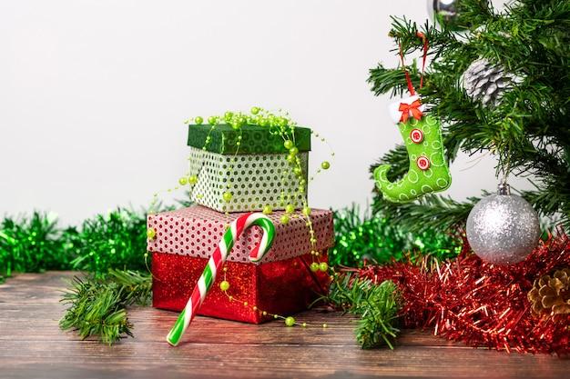 Пара подарков упакована в яркую праздничную упаковку