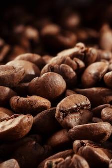 Изолированные кофейных зерен. крупным планом фото. вид сверху. фон жареных кофейных зерен