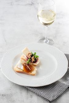 野菜とブルスケッタ。チェリートマト、クリームチーズで料理を始めます。チョリソと焼きトマトのおいしいスナック。食品成分、おいしいイタリア料理。チーズパン