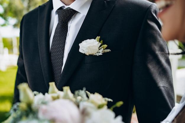 新郎スーツ。ウェディングサロンの広告。結婚式のバナー。理髪店。