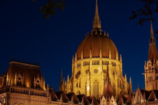 ブダペスト市のハンガリー国会議事堂。