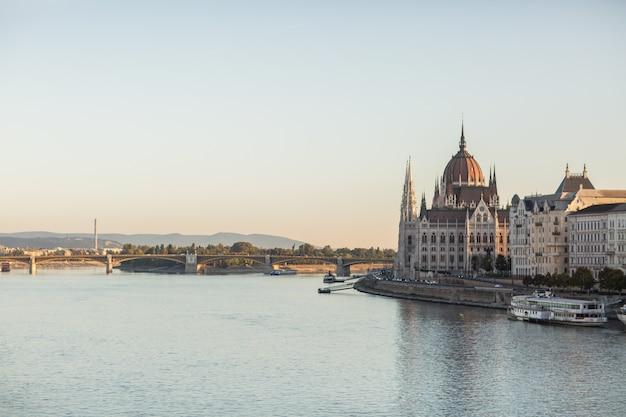 Здание венгерского парламента в городе будапешт.