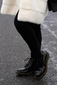 秋、春、ヨーロッパの冬のレディースファッション革靴。