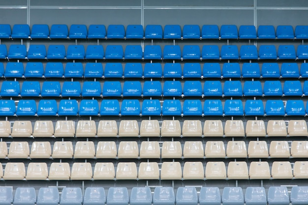 競争の前に屋内プールの複合体の展望台の上の空の着色されたプラスチックシート