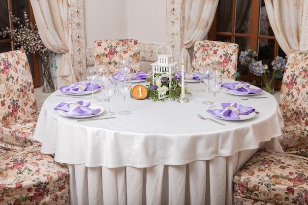 花で飾られた美しく置かれたテーブル