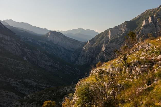 山の渓谷と鉄道で旅行中のモンテネグロのパス