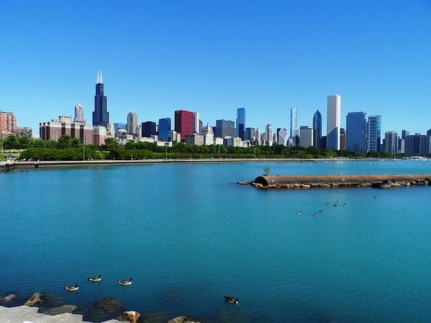 超高層ビルミシガン湖のシカゴのスカイライン