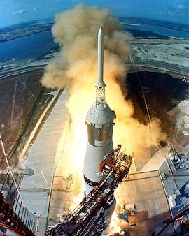 アポロロケット打ち上げは、離陸開始