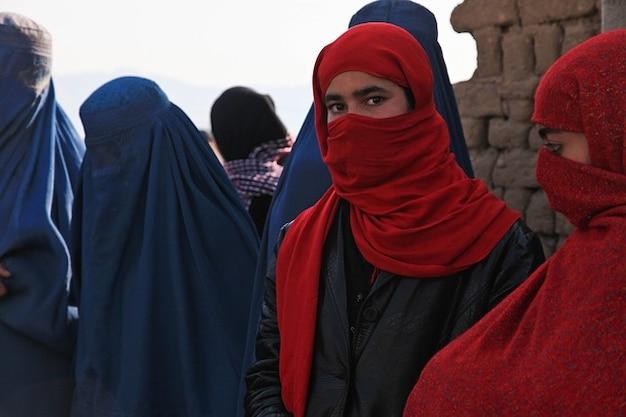 アフガニスタンの少女蜂ブルカの女性は儀式を維持