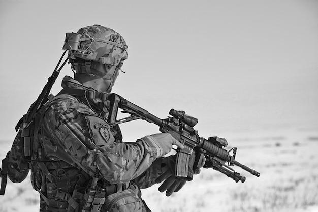 Солдат армии пули равномерное оружия снарядом