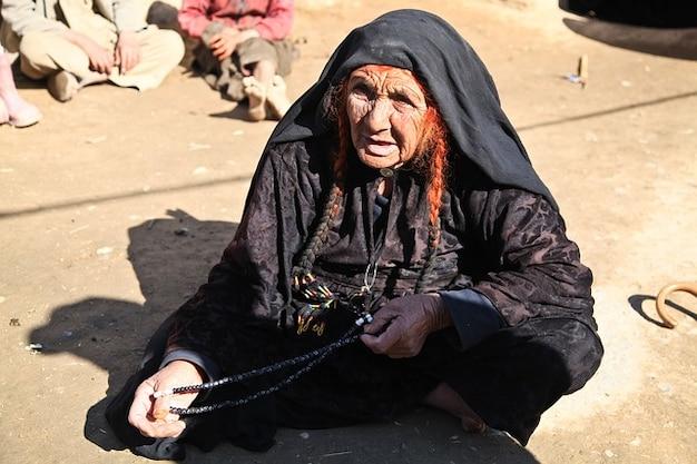 アフガニスタンの肖像画の女性は昔の人に座って