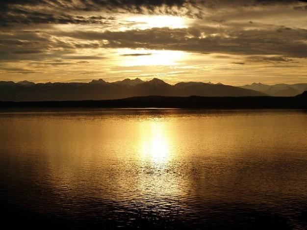 グレイシャー国立公園のロマンチックなアラスカの夕日
