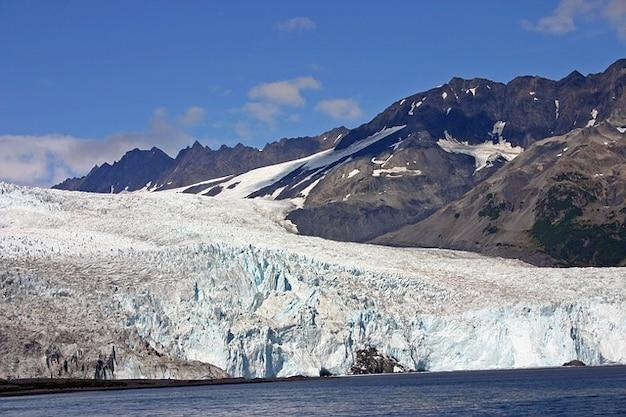 自然アラスカ氷河の山の氷