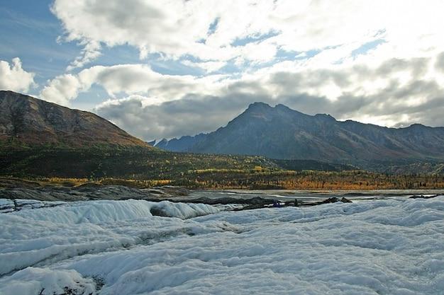 氷の山の雪アラスカ氷河