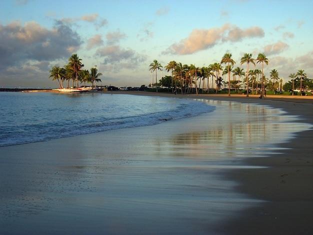 シーハワイ·ワイキキの波海の波の砂浜