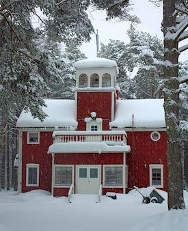 Бурей деревья здание церкви финляндии снега зимой