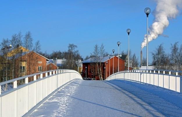Город зимой снега финляндия зданий моста деревни